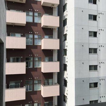 目の前にはマンションが、、 大きめの道路を挟んでるのでそこまで気になりませんでした