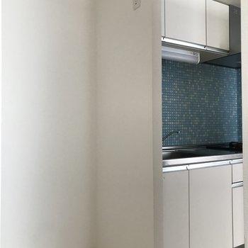 隣には冷蔵庫を置くスペースも!