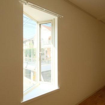 角部屋の三角出窓、腰掛けて、黄昏れたい