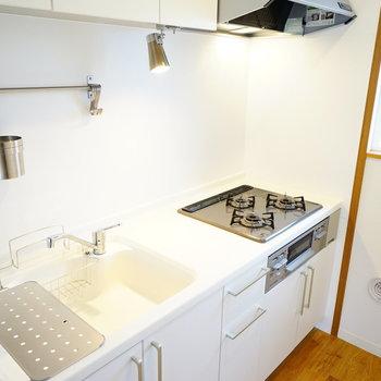 【イメージ】三口コンロで白の素敵なキッチン