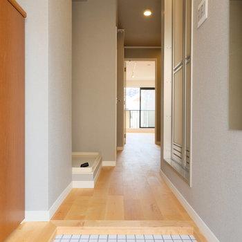 【イメージ】玄関は白いタイルに!玄関から脱衣所などの水回りはグレーのアクセントクロスになります!