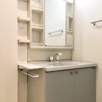 収納たっぷりな洗面台はレトロ感があります。