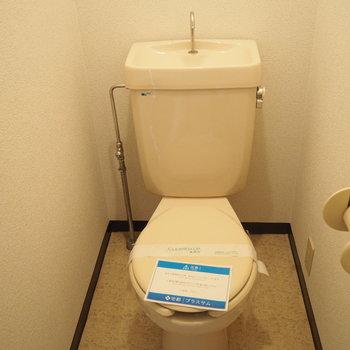 トイレです。ウォッシュレットは付いていません。(※写真は7階の同間取り別部屋のものです)