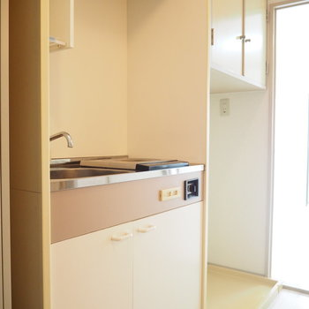 キッチンの隣には洗濯機置場があります(※写真は7階の同間取り別部屋のものです)