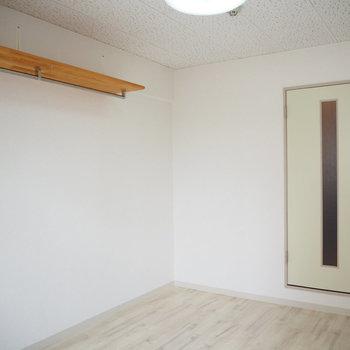 壁にある棚にはお気に入りの雑貨を飾りたい!(※写真は7階の同間取り別部屋のものです)
