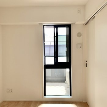 【洋室】スリムだけど光がたっぷり入る窓