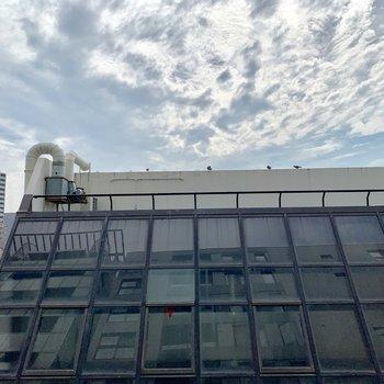 正面の眺望はガラス張りの特徴的な建物