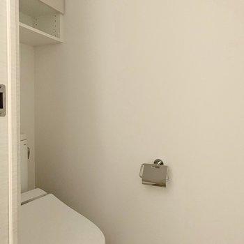 温水洗浄機付きトイレの収納にはトイレットペーパーや掃除道具を