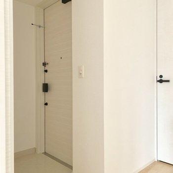 優しい色の玄関は段差が少なめです