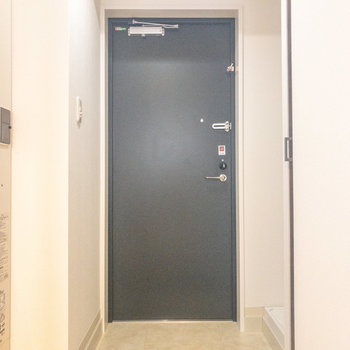 黒いドアがお部屋の雰囲気を締めてくれます※写真は前回募集時のものです