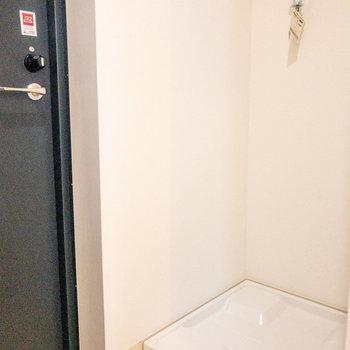 玄関横には洗濯機置き場があります※写真は前回募集時のものです