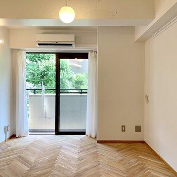 ヘリンボーン床の可愛らしいお部屋の紹介。