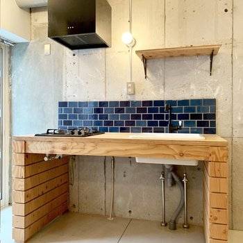 キッチンも青タイルが使われています。