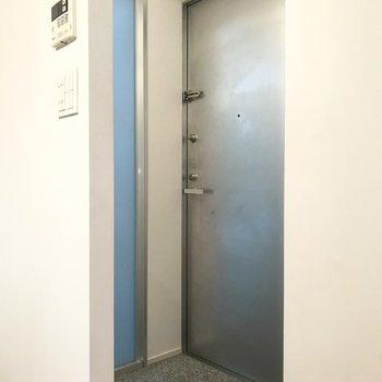曲がったところに扉があります