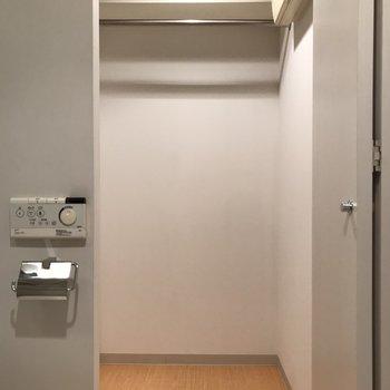 奥の扉を開けるとクローゼットがあります