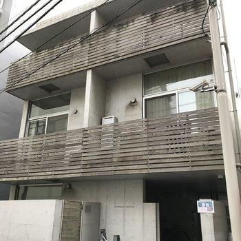 3階建てのコンパクトな外観