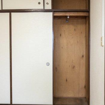 【和室】右側にはハンガーラックがあります。