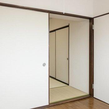 【洋室】扉を閉めると和室とセパレートできます。