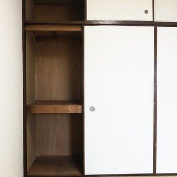 【和室】押入れの左側は布団や日用品がしまえそう。