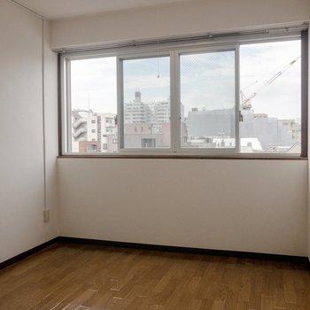 【洋室】横長の窓があるコンパクトなお部屋。窓辺には机を置きたいな。