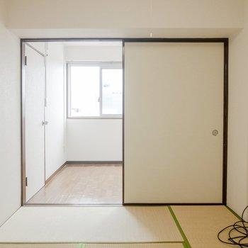 【和室】扉を開くと奥には洋室があります。