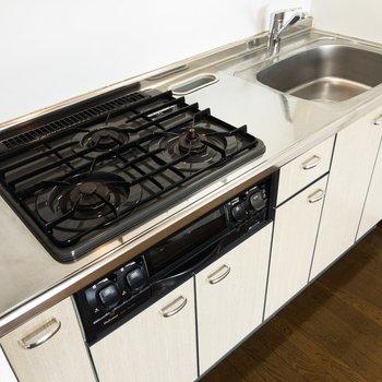 【LDK】キッチンは3口コンロにグリルも付いていて嬉しい。