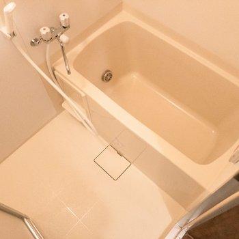 バスルームには追い焚き機能付き。