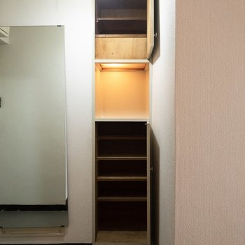 シューズボックスは上下に二段。真ん中にはウェルカムボードなどが置けそう。