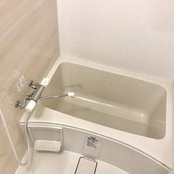 木目調のフローリングに白い壁調の壁がオシャレなお風呂となっております。