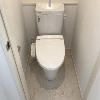 トイレカバーやマットも同じ色で統一したいですね。