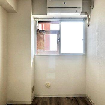 【洋室】洋室を見ていきましょう。エアコンもついているので寝室に良さそう。