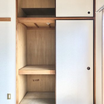 【和室】押入は突っ張り棒などでハンガーポールにしたら衣類も収納しやすそう。