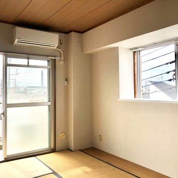 【和室】右側には出窓があります。