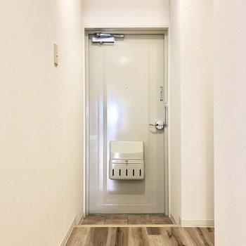 廊下の幅が広めなので閉塞感のない玄関です。