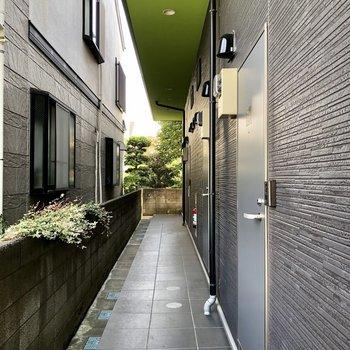 廊下の屋根にまたまたグリーン。目にも優しいですね