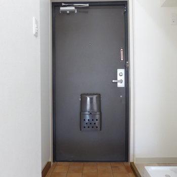 玄関は必要最低限な大きさ。