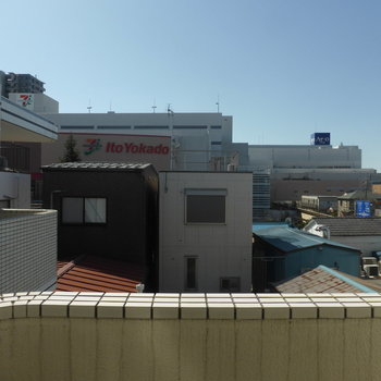 目の前が大型商業施設!映画館も入ってます♪