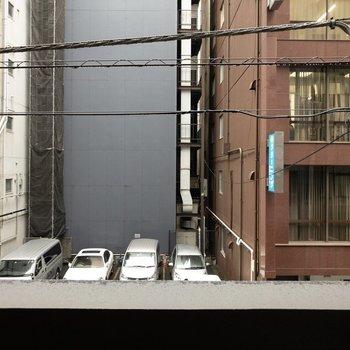 目の前は通りを挟んで建物が見えます。