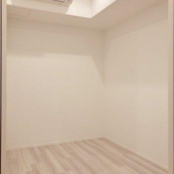 【洋室】コンパクトサイズのお部屋。
