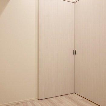 【洋室】扉はコーナー型。箱の中に入ったような気持ちになります。