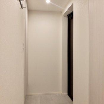 玄関正面は収納。お部屋の中が見えないのが嬉しい。