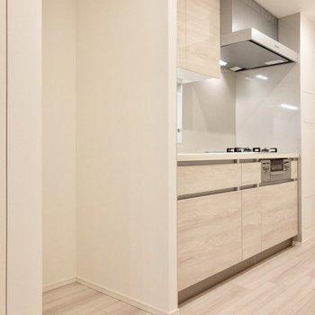 【LDK】キッチンスペース横に冷蔵庫置き場があります。