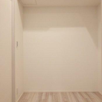 【洋室】ベッドがちょうど入るくらいの広さ。