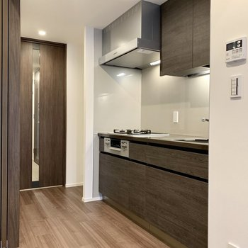 キッチンも大人の色合い。※写真は4階の同間取り別部屋のものです
