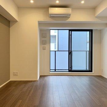 【LDK】ライトと床の色合いがまたいい。※写真は4階の同間取り別部屋のものです