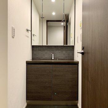 洗面台は高級感あり。※写真は4階の同間取り別部屋のものです
