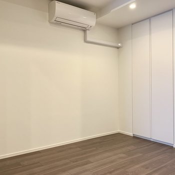 【洋室】白を基調とした色になっています。※写真は4階の同間取り別部屋のものです