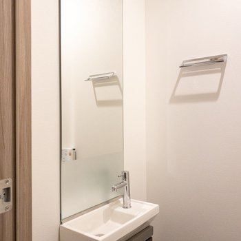 トイレにも洗面台があります。