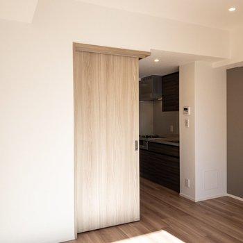 【LDK】キッチン側の壁にはアクセントクロスが。