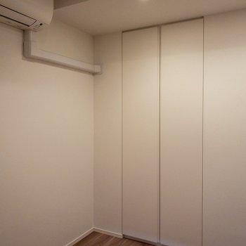【洋室3.6帖】コンパクトな収納があります。